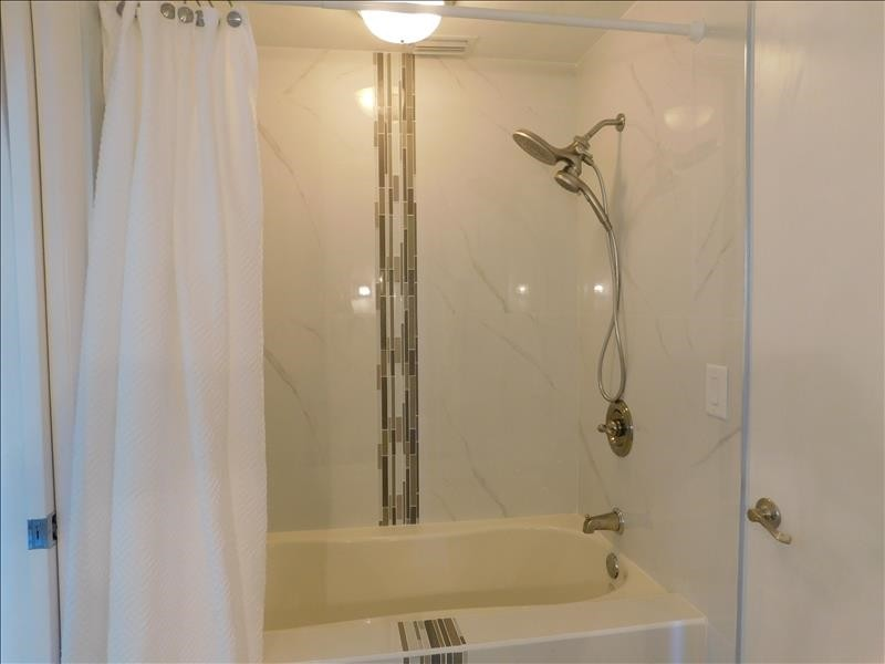 Guest Bath Tub with 2 Doubles